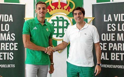 Feddal, con Ángel Haro, presidente del Betis.
