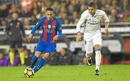Neymar y Casemiro, en uno de los Clásicos de la pasada temporada.