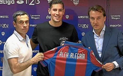 Álex Alegría en el momento de su presentación como jugador del Levante.