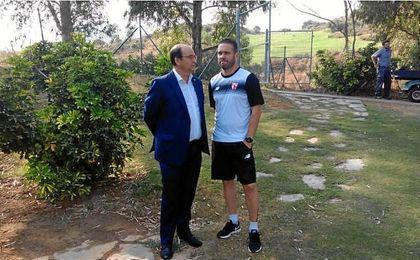 Tevenet, junto al presidente del Sevilla, José Castro
