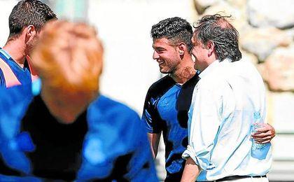 Jokin Aperribay sonríe junto a Carlos Vela en un entrenamiento.
