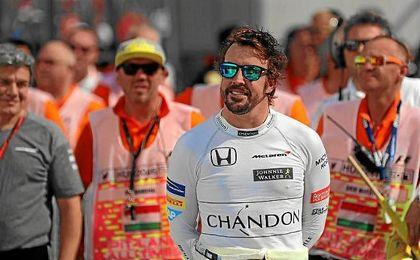 Alonso, muy sonriente por el paddock de Hungaroring.