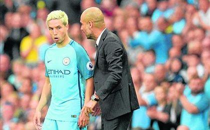 Guardiola charla con Nasri.