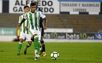 Nahuel conduce el esférico en el partido disputado entre Betis y Besiktas.