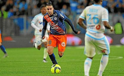 Boudebouz conduce el balón en un partido de la Ligue 1.