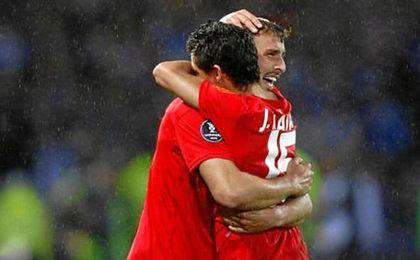 Jesús Navas, abrazando a Antonio Puerta.