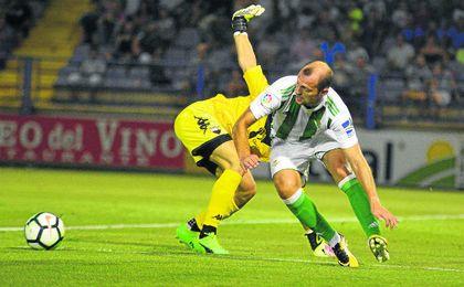 Zozulya, en la acción que acabó en el gol del empate del Betis en el amistoso ante el Extremadura.