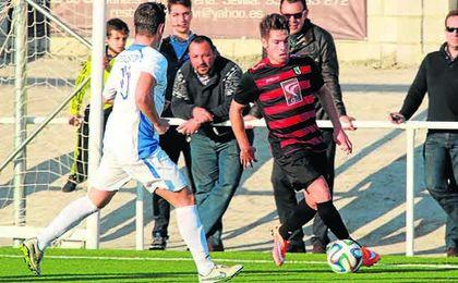 Javi Medina (derecha) vuelve a las filas del Gerena después salir en la 14/15.