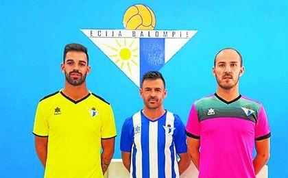 Juan Delgado, Jonathan Ruíz y Fermín posan con las nuevas camisetas.