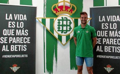 Sergio Tienza posa como nuevo jugador del Betis Deportivo.