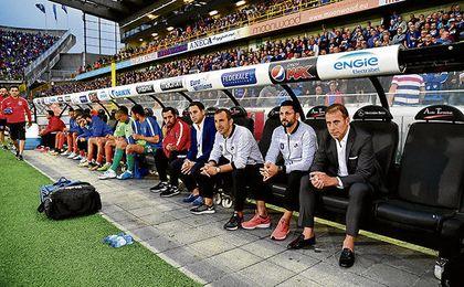 El segundo entrenador y jefe del cuerpo de scout del Basaksehir de Estambul, Recep Ucar -en el centro-, espera con expectación el partido del miércoles 16 ante el Sevilla en Estambul.