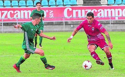 Lance del choque jugado en el día de ayer entre el Badajoz y el Betis Deportivo.