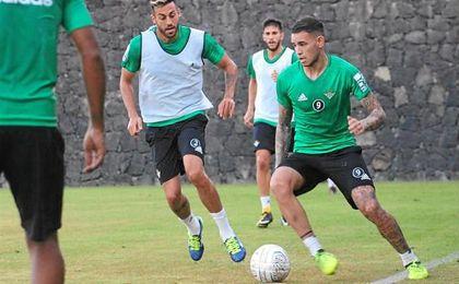Sanabria conduce el balón en un entrenamiento en Italia.