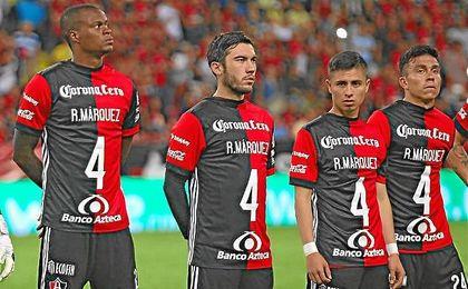 Los jugadores del Atlas saltaron al campo con camisetas de apoyo a Rafa Márquez.