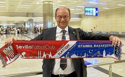 José Castro, en el aeropuerto de Estambul con la bufanda conmemorativa del partido.