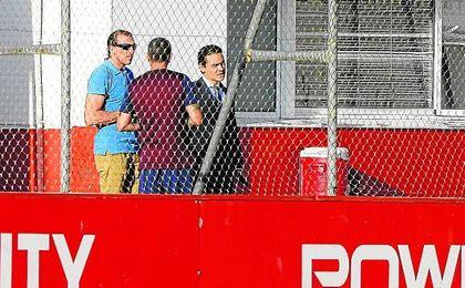 Óscar Arias, director deportivo del Sevilla, junto al ex vicepresidente del club, en la ciudad deportiva.