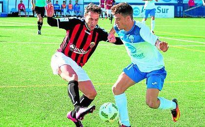 Alvi disputa un balón con Viñolo en el Castilleja-Cabecense de la pasada temporada.