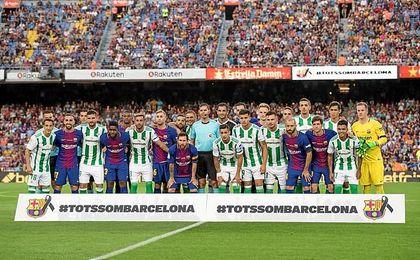 Emotivos momento previos al partido en el Camp Nou.
