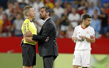 Quique comenta con el árbitro la acción del 1-0.