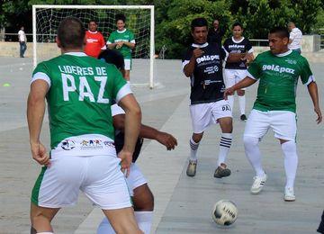 Víctimas del conflicto colombiano juegan un partido por la paz con reinsertados