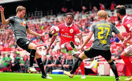 André Carrillo trata de zafarse de la presión de dos jugadores del Leipzig durante la reciente Emirates Cup.