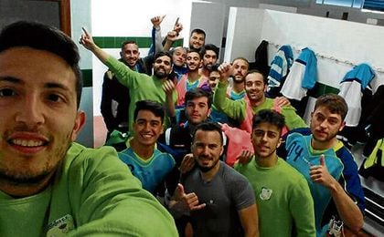 Los futbolistas del Palomares se hacen un autorretrato en el vestuario para ESTADIO Deportivo.