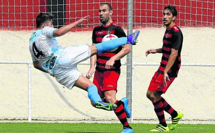 Resumen de lo acontecido a los equipos sevillanos de Tercera división. En la imagen, lance del partido disputado entre la Lebrijana y el Gerena.