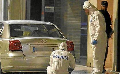 La Policía Científica inspecciona el lugar de los hechos en Elda.