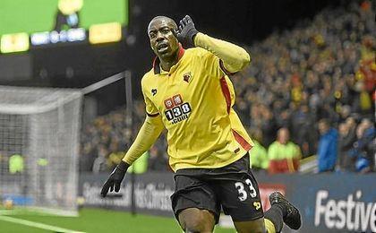 Okaka celebra un gol con la elástica del Watford.