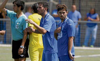 Un futbolista del Bellavista B espera en la banda a ingresar en el terreno de juego durante el partido del filial fronterizo con el Camino Viejo (Grupo II de Segunda Andaluza) del pasado fin de semana.