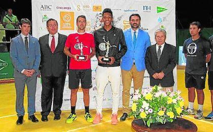 El español Íñigo Cervantes y el canadiense Felix Auger-Aliassime posan con los trofeos junto a las autoridades presentes.