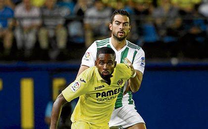 Cédric Bakambu intenta proteger el balón ante la presión de Jordi Amat