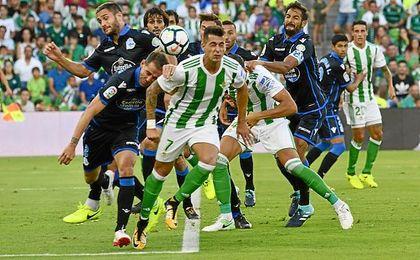 Navarro trata de evitar un remate de Sergio León.