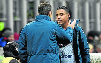 Muriel saluda a su extécnico Giampaolo en un partido de la pasada temporada
