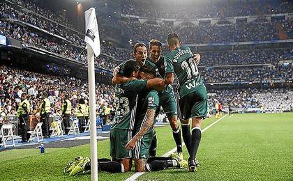 Un gol de Sanabria en el tiempo añadido desató la alegría verdiblanca en el Santiago Bernabéu.