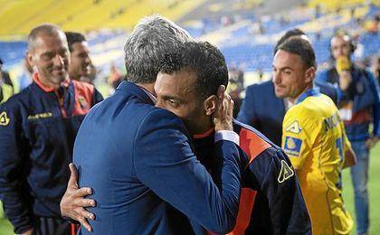 Setién, despidiéndose de sus jugadores en Las Palmas.