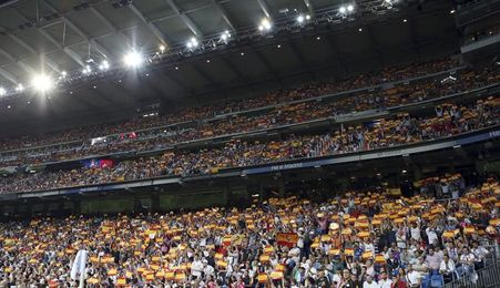El Bernabéu se llena de banderas españolas