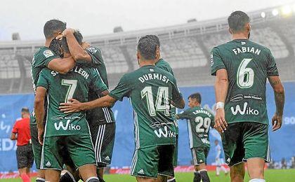 Sergio León, abrazado por sus compañeros tras marcar en Anoeta.