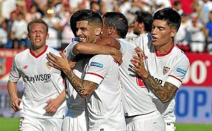 Éver Banega celebra el primero de los dos goles endosados al Málaga el pasado sábado.