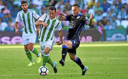 Guardado conduce el balón en el partido ante el Deportivo.