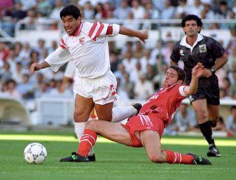 Maradona, un cuarto de siglo de su proceloso y efímero paso por Sevilla