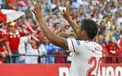 Luis Muriel celebra con la grada su gol ante el Málaga.