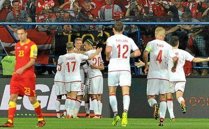 Kjaer, de espaldas con el ´4´ y el brazalete de capitán, celebra el 0-1.