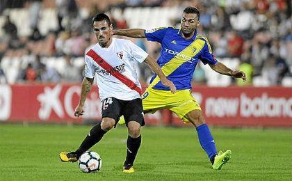 Fede San Emeterio controla el balón ante la presión de Barral.