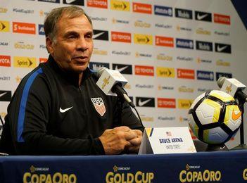 Bruce Arena renuncia como entrenador de la selección de fútbol de EE.UU.