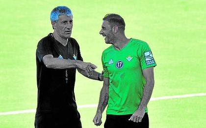 Joaquín sonría junto a Quique Setién en una de las sesiones de entrenamiento de esta temporada.