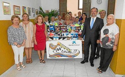 """La Obra Social la Caixa reparte casi 1.500 pares de """"Zapatos Nuevos"""" en Sevilla."""
