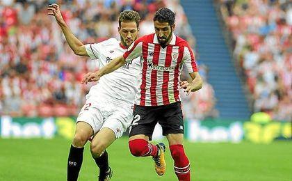 Franco Vázquez y Raúl García pugnan por el balón.