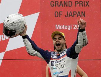 Fenati vencedor de una carrera al sprint, frena el título de Mir