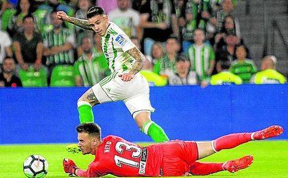 Sanabria sortea a Neto, logrando el que es su quinto gol esta temporada y con el que alcanzaba las cuatro jornadas seguidas marcando.